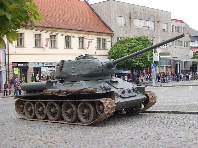 Na uherskobrodském náměstí se předvedly repliky válečných strojů a ukázky bojů.