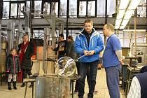 Na den otevřených dveří ve sklárnách v Květné navštívili tisíce lidí výrobní prostory sklářů. Sami si tak mohli vyzkoušet, jak se foukají nádoby nebo přihlížet rytí skla.