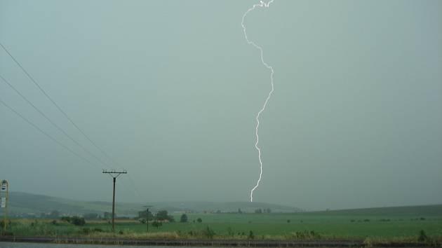 Oblohu Slovácka v pondělí večer křižovaly stovky podobných blesků.