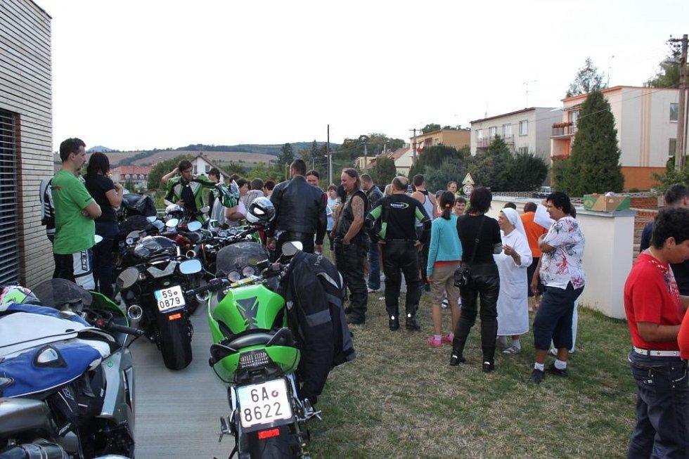 Před chráněným bydlením odstavili motorkáři nablýskané mašiny.