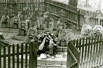 Už jen na zažloutlých fotografiích jsou pomníčky, které nahradily křížky z břízy v místě salašské tragédie ve Vápenicích.