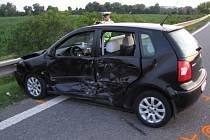 Celkem pět zraněných si vyžádala srážka dvou osobních automobilů, která se stala v pátek 29. června večer u napojení obchvatu Starého Města poblíž obce Zlechov