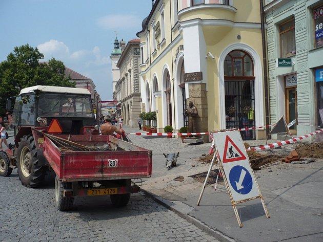 Poškozená kanalizace doslova roztrhla chodník v centru Uherského Hradiště.