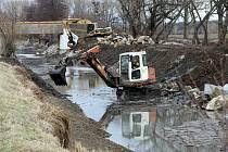 Oprava břehů Baťova kanálu u Huštěnovic.