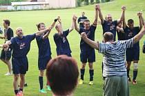 V Komni domácí fotbalisté výhru nad Březovou mohutně slavili.