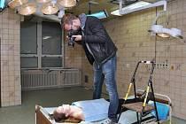 Maturanti jedné ze středních škol v Uherském Hradišti se nechali vyfotit v prostorách bývalé chirurgie.