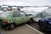 na křižovatce s hlavní silnicí I/50, u obce Střílky, došlo k velmi vážné dopravní nehodě mezi dodávkou zn. Mercedes Sprinter a dvěma osobními auty zn. Renault Thalia a Š Favorit.N