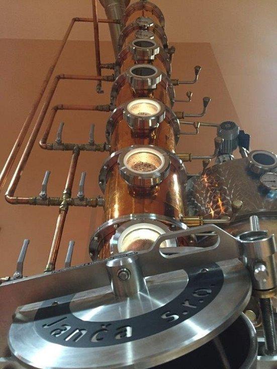 Moderní technika přístrojů destilujících alkohol na první pohled překvapí.