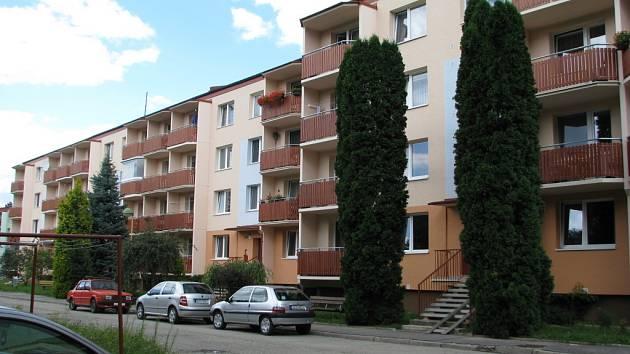 Někteří nájemníci těchto družstevních bytů na Štěpnicích v Uh. Hradišti nejsou spokojeni s prací domovního důvěrníka.