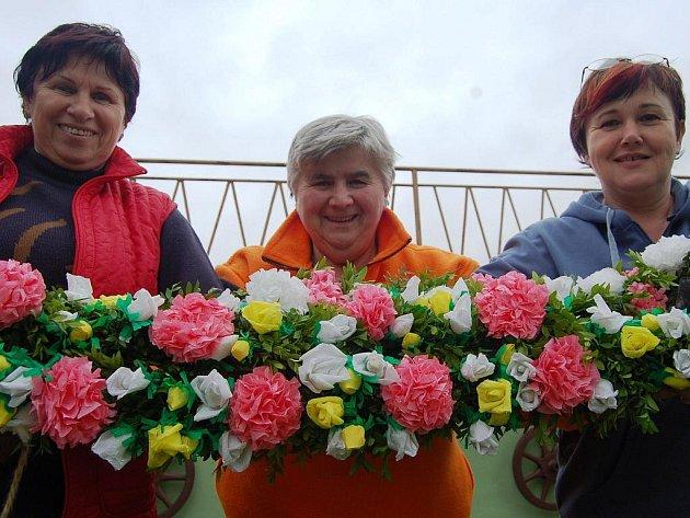 Ženy z Kunovic chystaly věnce pro jízdu králů.