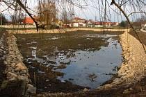 Vodní plocha má sice sloužit jako chovná, prozatím v něm ale ryby být nesmí.