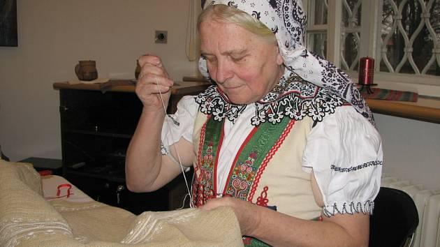 Eva Minksová bez nadsázky povýšila tvorbu výšivky na povolání.