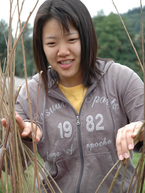 Jednadvacetiletá Yowon Jeon ze Soulu dělala podobnou práci, jako je vyplétání plotu proutím  poprvé v životě.