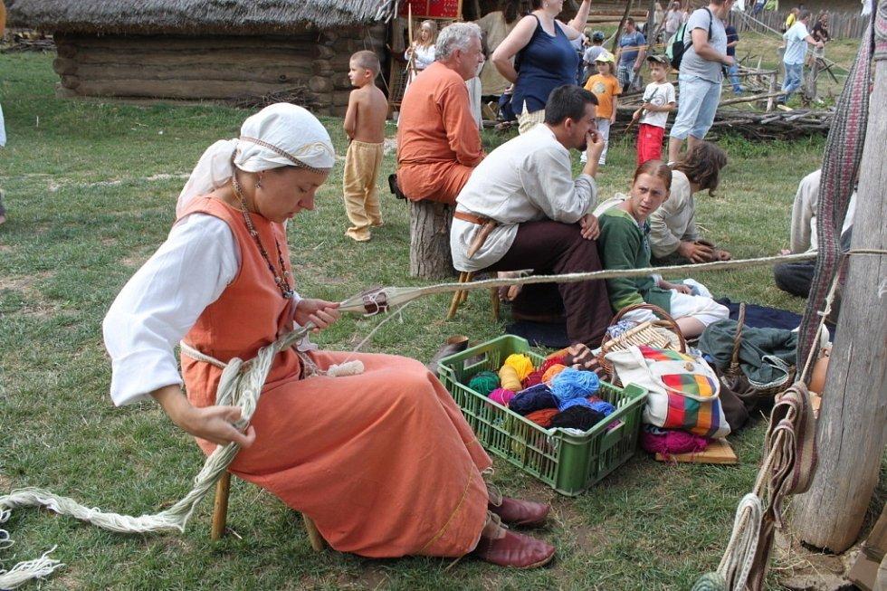 Členové historických skupin z Česka, Slovenska, Polska a Německa ukázali lidem, jak se žilo a pracovalo na Velké Moravě.