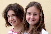 Dvě děvčata, hrající Alenku: zleva Aimee Zia Hassan, Ester Kocábová.