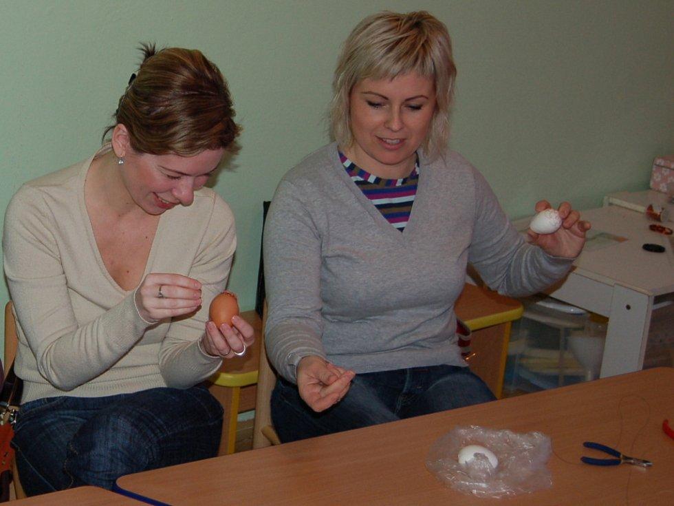 Zájemce v mateřském centru Baby Domino, v dílně s názvem Vajíčko v drátěné košilce, naučili drátkovat
