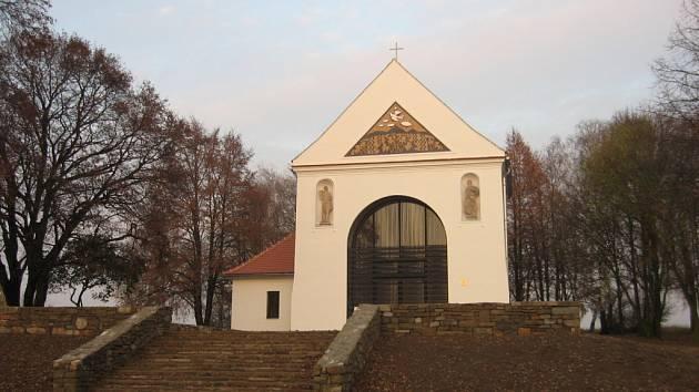 Kaple na Rochuzu je prozatím ojedinělou tamní stavbou. V budoucnu k ní přibudou čtyři parkoviště, skanzeny, restaurace a další komerční provozy