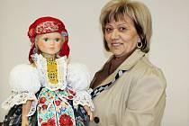Marie Hoferková z Uherského Hradiště šije kroje na panenky.