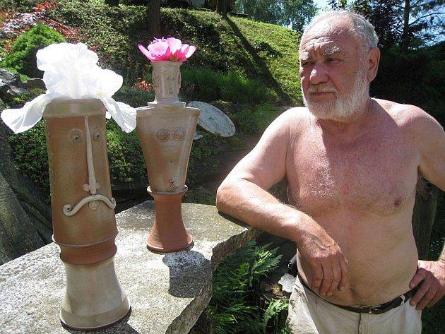 Oldřich Vícha se v současné době věnuje tvorbě váziček s lechtivými motivy.