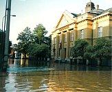 Povodeň v červenci 1997 v Uherském Hradišti. Budova Komerční banky.