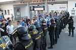 Hosty ze Zlína, Bratislavy i Brna, kteří se přijeli do Uherského Hradiště podívat na zápas o Československý pohár mezi FK Fastav Zlín a ŠK Slovan Bratislava, musela po městě doprovázet policie.