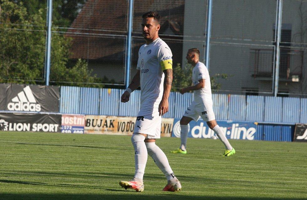 Fotbalisté Slovácka (bílé dresy) na úvod letní přípravy přehráli druholigový Vyškov 6:1.