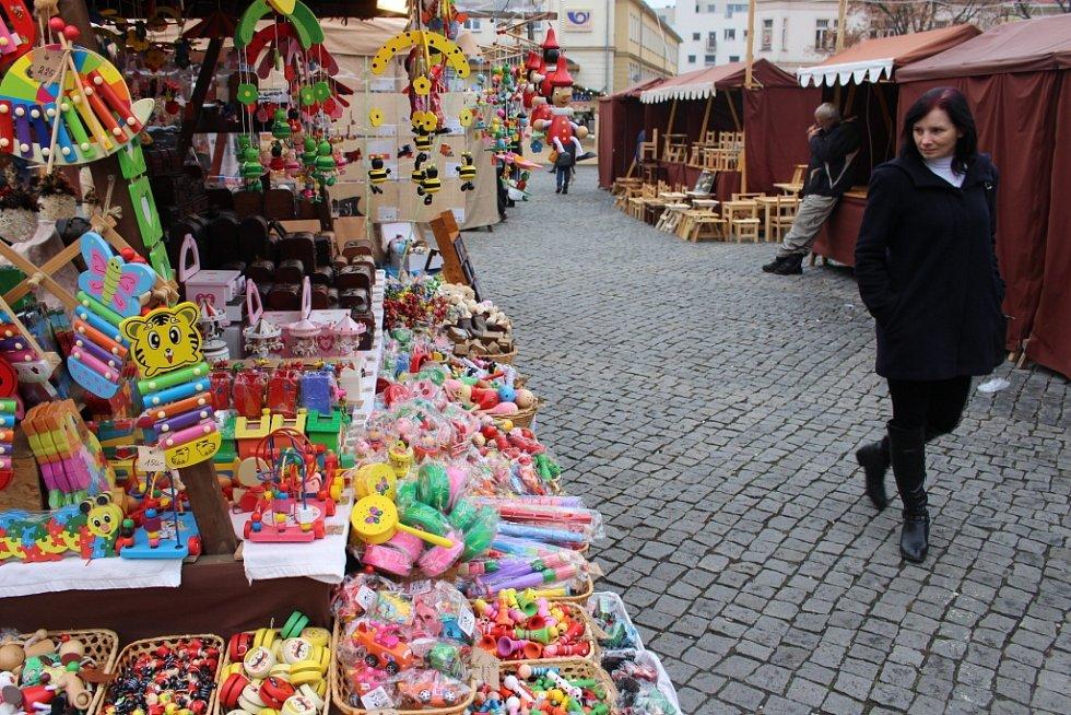 Vánoční jarmark v Uherském Hradišti nabízí jak lidovou tvorbu tak také i gurmánské speciality.