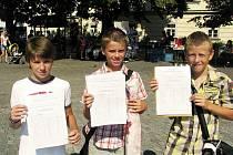Tři žáci základní školy Sportovní v Uherském Hradišti s vysvědčením.