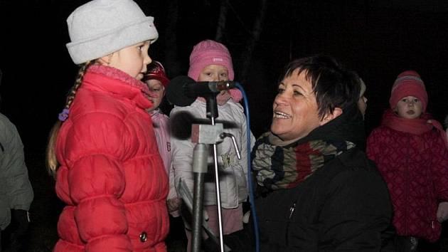 O těšení na Vánoce zpívaly a recitovaly děti z nedakonické mateřinky.