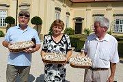. Z letošní česnekové úrody měl radost starosta Buchlovic Jiří Černý (vpravo), starostka Soblahova a první muž Horného Hričova ze Slovenska.