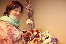 Jak se u Jitky Tinkové pokoušela redaktorka Slováckého deníku Jindřiška Jelínková vlastnoručně vyrobit adventní věnec.