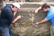 Přerovští archeologové Zdeněk Schenk (na snímku vpravo) a Jan Mikulík (na snímku vlevo) provádějí průzkum severní vnější strany předsíně před původním románským portálem.