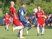 Fotbalisté Uherského Brodu (v červeném) v posledním zápase divize D  se Slavičínem uhráli pouze bezbrankovou remízu.