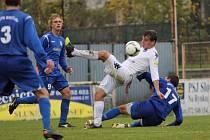 1. FC Slovácko B - Břeclav. Uprostřed v bílém Roman Haša.