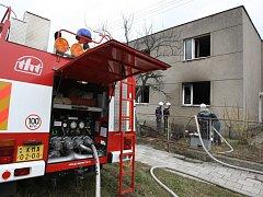 Požár rodiného domu který vznikl od svíčky zaměstnal několik desítek hasičů.