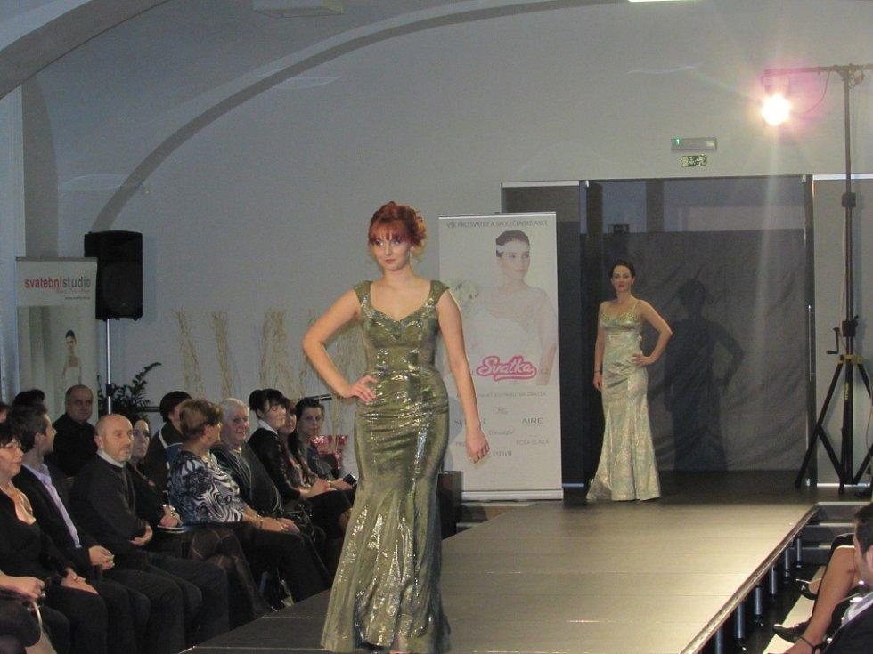Svatební šaty i místní kroje předvedla módní přehlídka uherskohradišťské Diakonie ČCE.