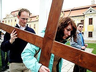 Kus cesty nesli kříž všichni - řádové sestry, studenti i vozíčkáři.