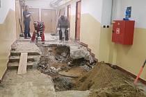 Kvůli vytopeným šatnám na Základní škole v Nivnici museli dělníci rozvrtat část záchodů a podlahy na chodbě. Opravy by se měly protáhnout do konce ledna.
