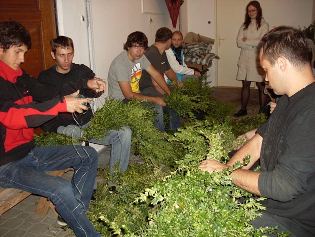 Takzvaný slovácký trojboj, tedy popíjení, u něhož pivo, slivovice a víno, doslova tekly proudem, absolvovalo o prvním po prohibičním večeru ve čtvrtek 27. září patnáct členů hodové chasy ve Starém Městě.