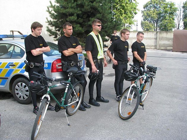 """Auta a motorky dočasně """"vyměnili"""" policisté v Uherském Hradišti za jízdní kola"""