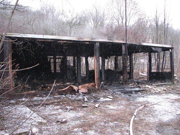 Opuštěné montované stavební buňky zachvátil požár.