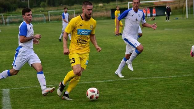 Záložník Strání Filip Hruboš (ve žlutém dresu) se v sobotním zápase s Přerovem neprosadil.