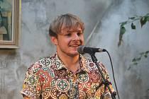 V Kafé uprostřed zahájil netradiční festival VšehoDění zpěvák a objev roku 2016 Thom Artway.