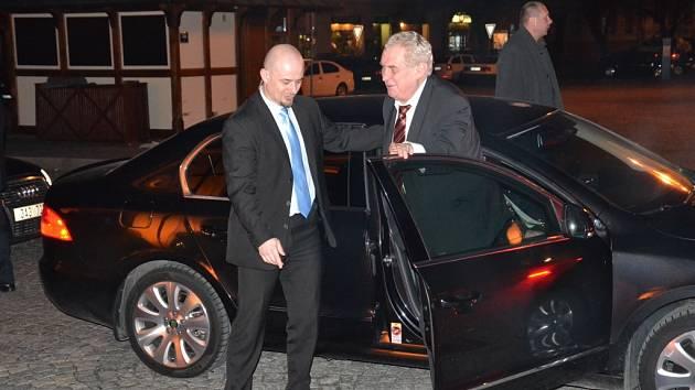 Kolona aut s Milošem Zemanem zaparkovala před Hotelem Slunce pár minut po 18. hodině.