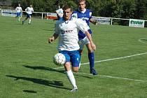 Fotbalisté Ostrožské Nové Vsi (světlé dresy) sehráli na půdě favorita 1. Valašského FC vyrovnanou partii, ale nakonec si odnesli krutou porážku 0:3.