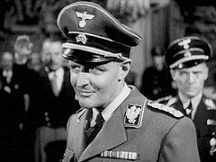 Snímek I katové umírají natočil Fritz Lang.