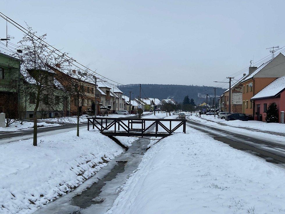 Hradčovice v zimě pod sněhovou peřinou.