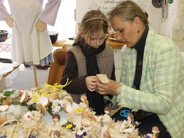 Marie Šuranská vdechuje život figurkám z kukuřičného šustí.Zaučuje i ty nejmladší.