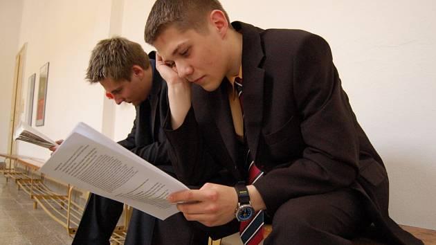 Poslední chvíle před maturitou tráví většina studentů pročítáním vypracovaných otázek.