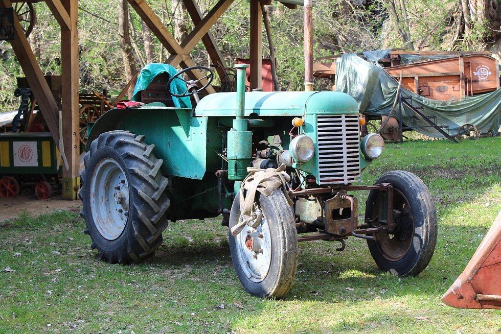 Originální muzeum zemědělských strojů Václava Stodůlky a jeho rodiny se nachází v ořechovském bývalém lomu za zahradou domu.